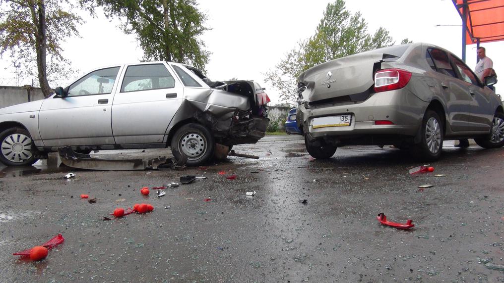 Три машины столкнулись в Вологде: среди пострадавших - ребенок