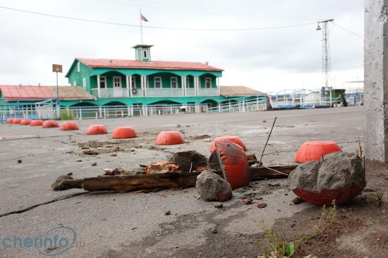 Любители «покатушек» разбили бетонные ограждения на Соборной горке в Череповце