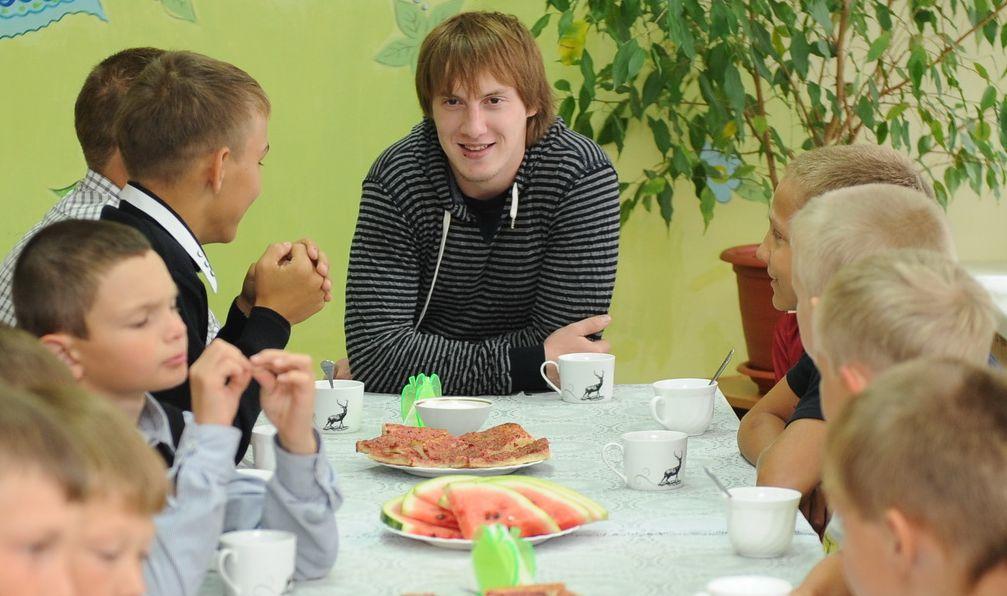 Хоккеисты «Северстали» поздравили с Днём знаний воспитанников череповецкого детского дома №9