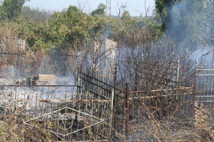 В Череповецком районе вандалы подожгли могилу на сельском кладбище