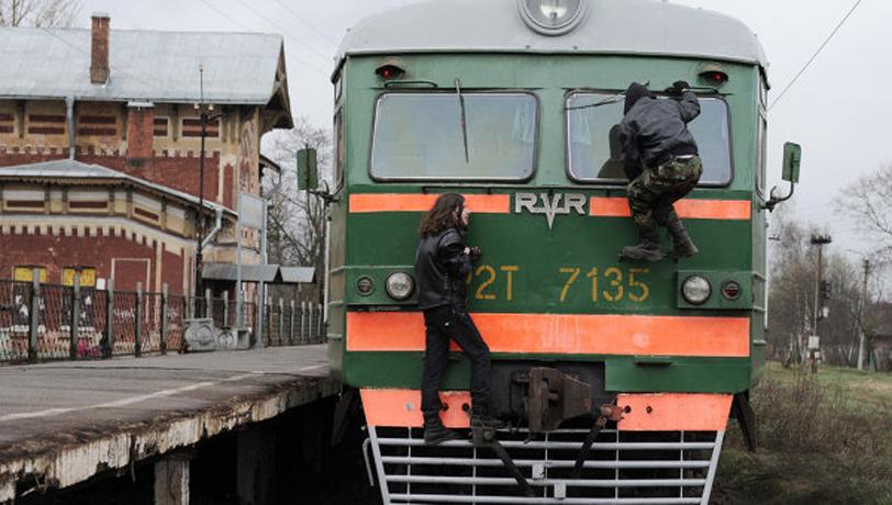 ЧП на Северной железной дороге: школьник залез на поезд - его ударило током