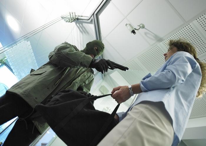 В Вологде вооруженный мужчина ограбил сейф одного из предприятий
