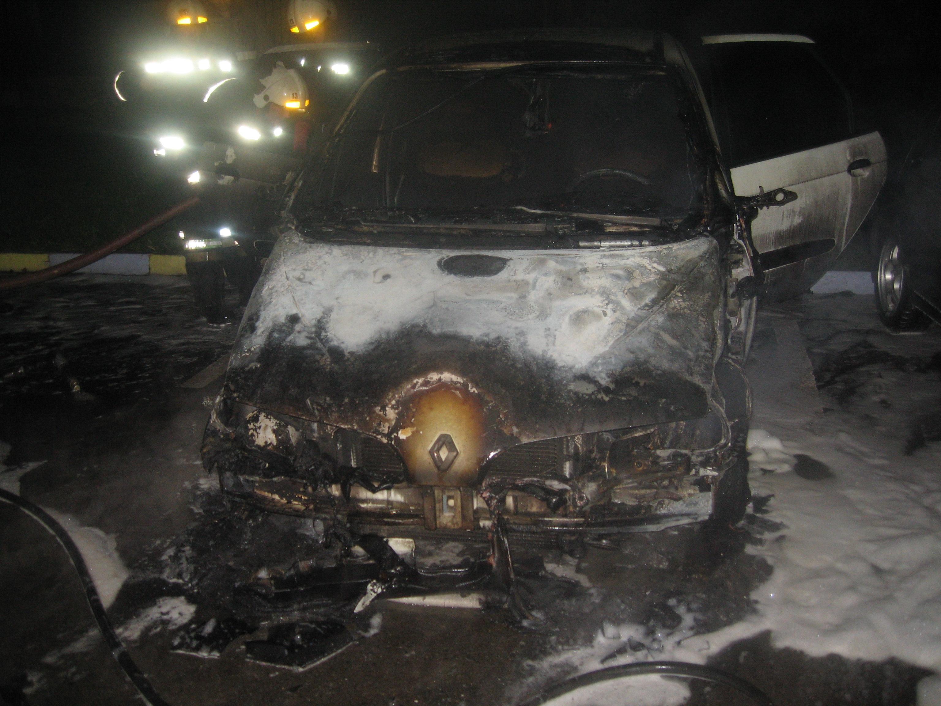 В Череповце ищут ночных поджигателей машин
