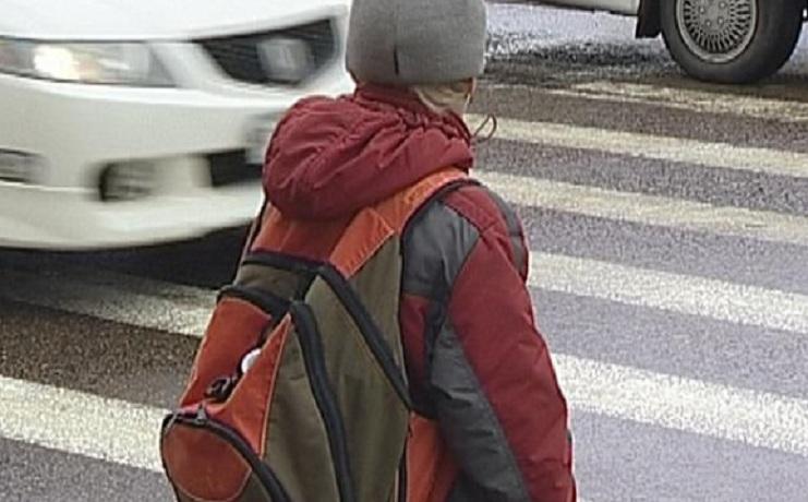 В Череповце ребенок выбежал из-за припаркованных авто и попал под машину