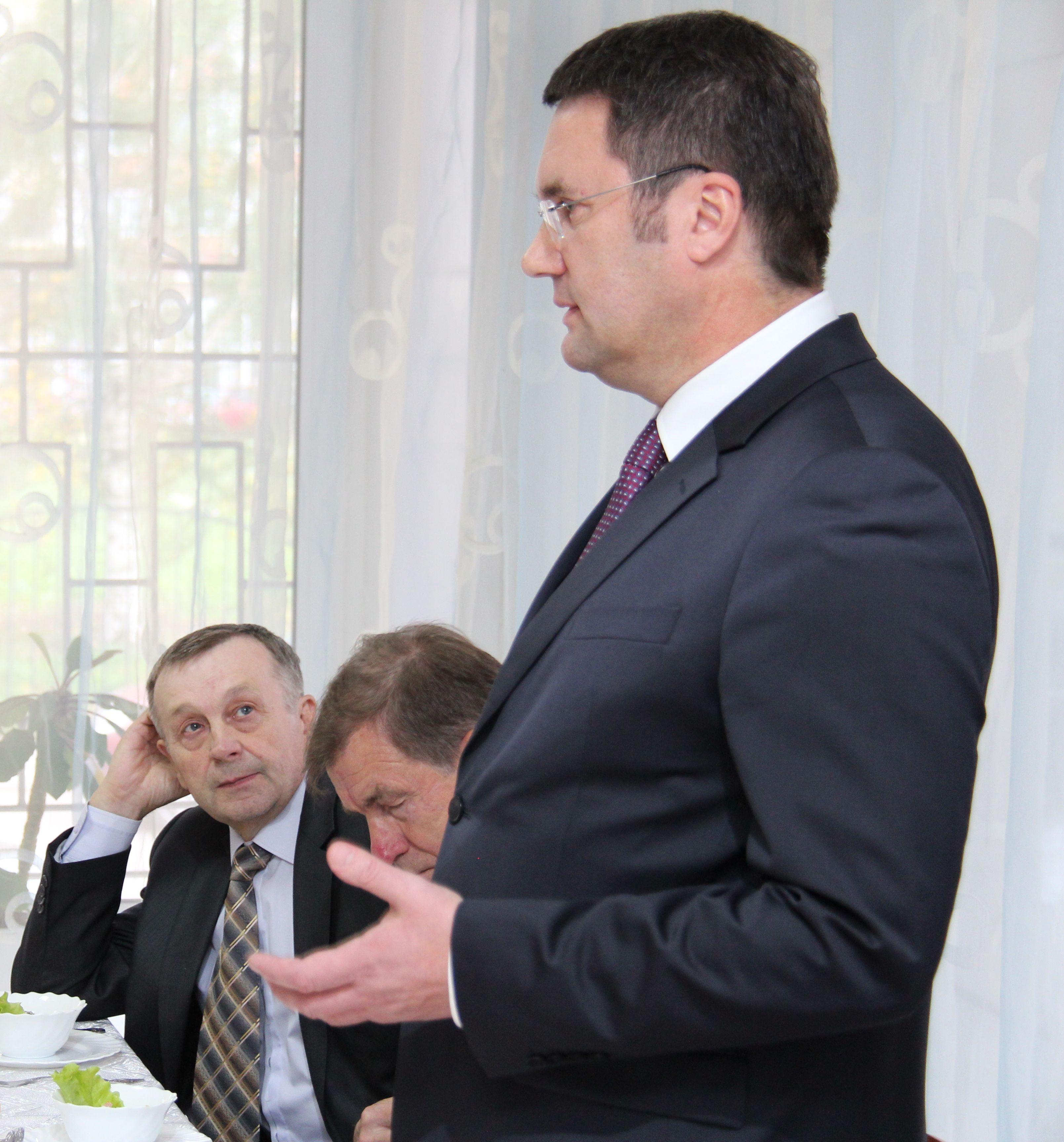 Директор филиала МРСК Северо-Запада «Вологдаэнерго» Андрей Киселев поздравил ветеранов-энергетиков с Днём пожилого человека