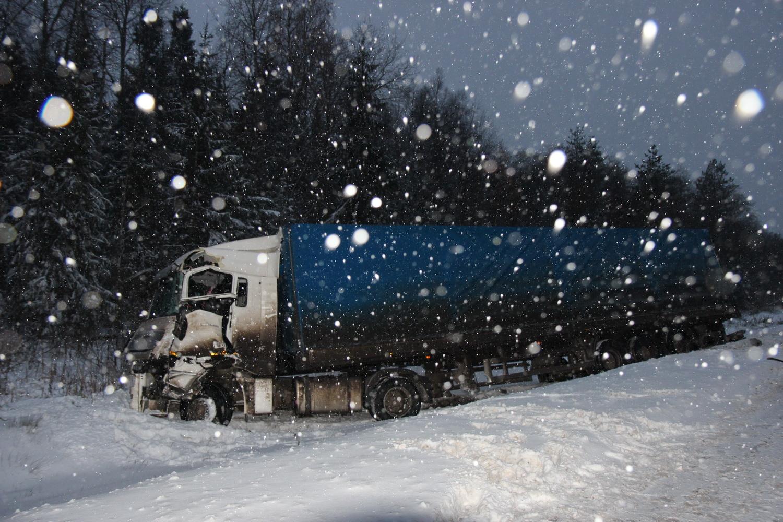 На автодороге Вологда-Новая Ладога столкнулись два грузовика и автобус