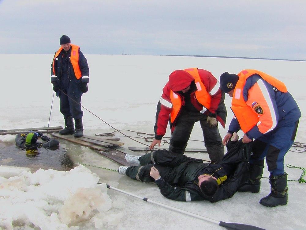 Машина с тремя рыбаками провалилась под лед в Вологодской области: один из них погиб