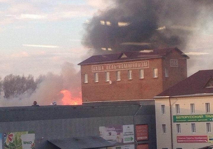 """В Вологде огонь от горящего поролона подобрался к зданию с надписью """"Наша цель - коммунизм"""""""