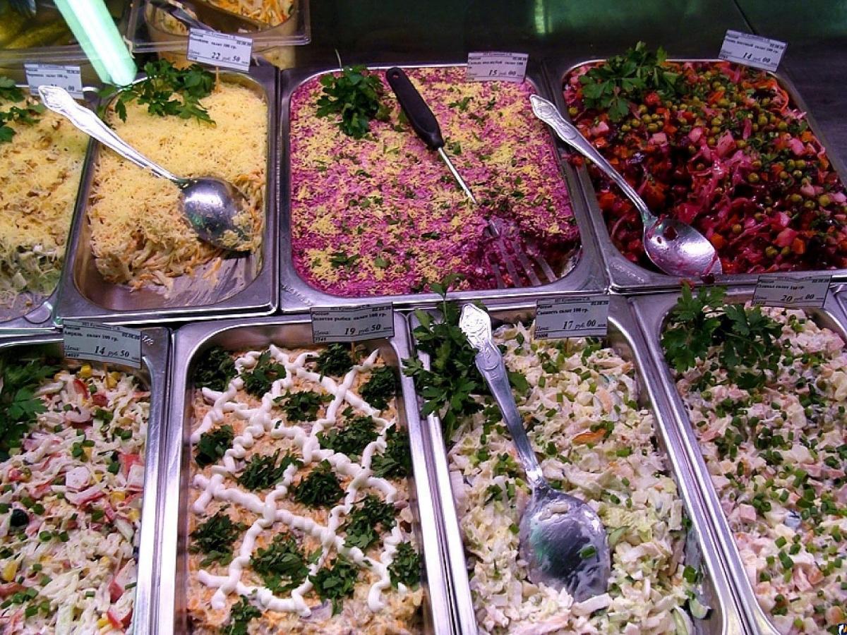 В вологодских супермаркетах продают просроченные продукты и испорченные салаты