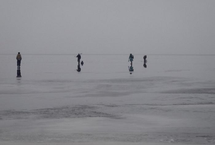 Спасатели Череповца сняли с оторвавшейся льдины трех рыбаков