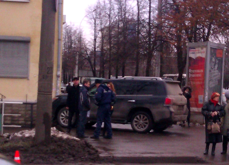 Лексус врезался в дом в центре Вологды: у водителя случился сердечный приступ