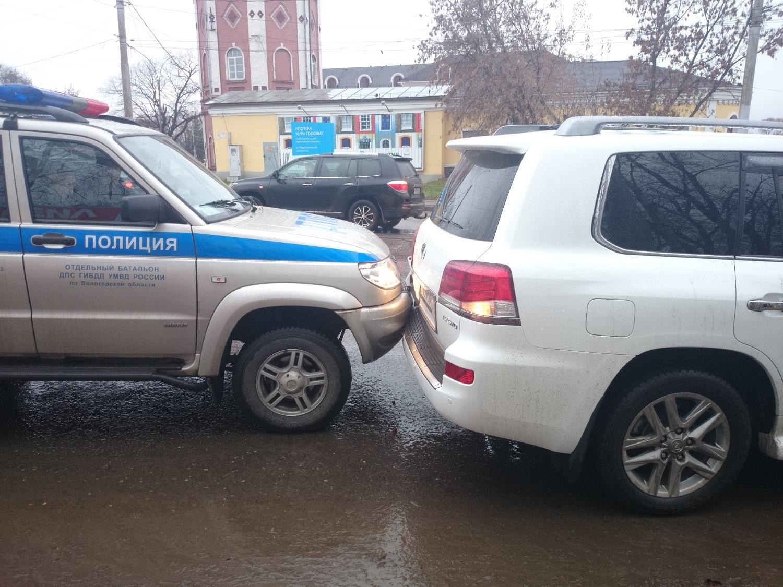 В Вологде полицейский внедорожник врезался в Лексус депутата гордумы