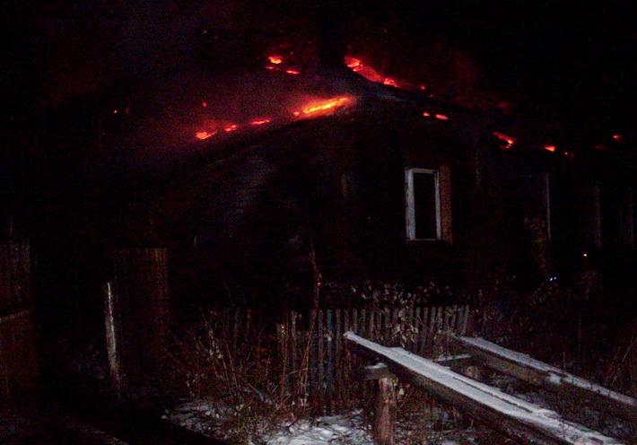 Жители выбрались из горевшего аварийного дома в Никольске