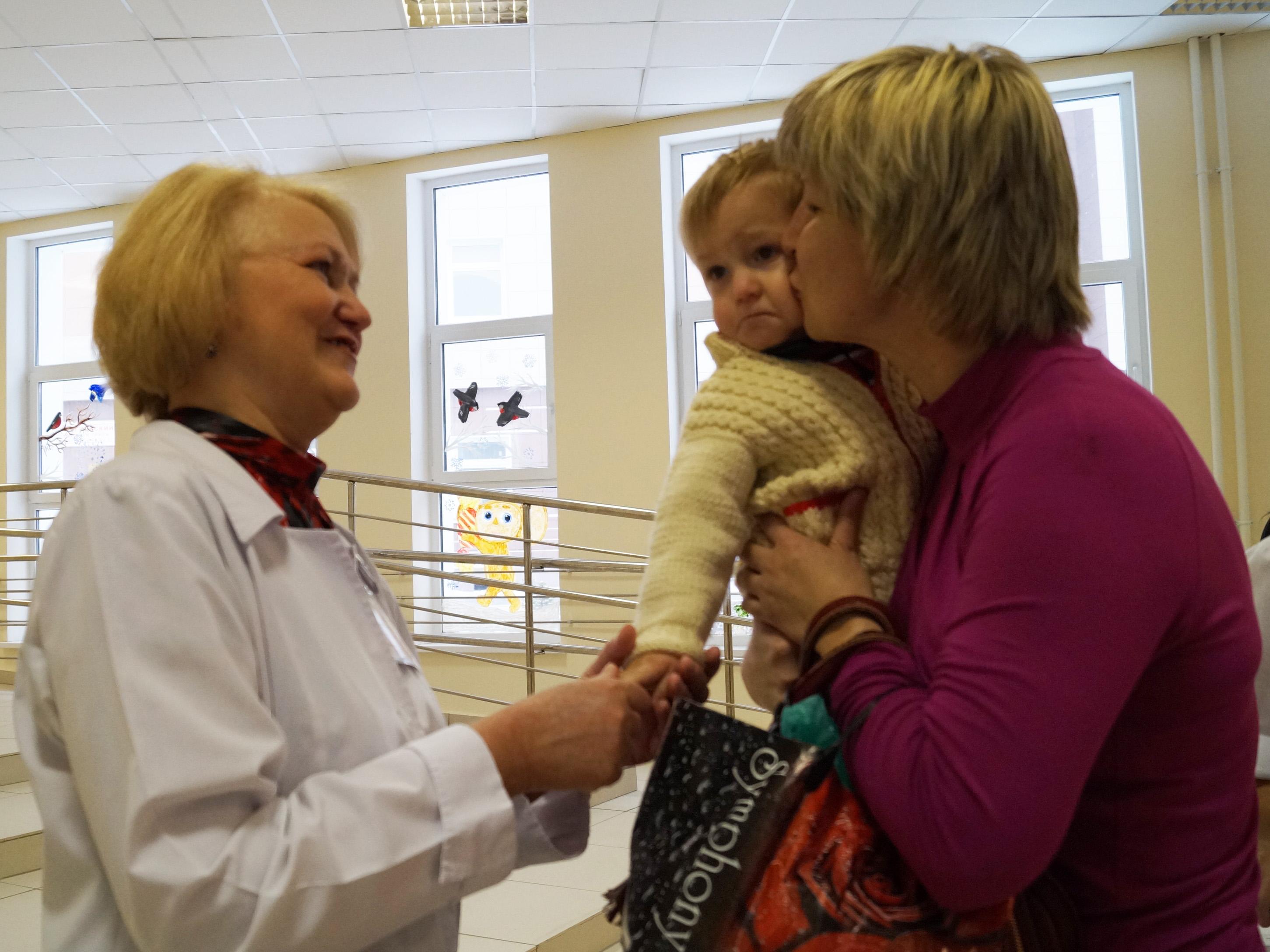 В вологодской больнице врачи отделения недоношенных детей встретились со своими бывшими пациентами