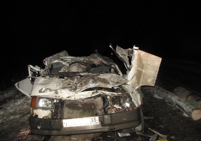 Водителя иномарки насмерть засыпало лесом на вологодской трассе