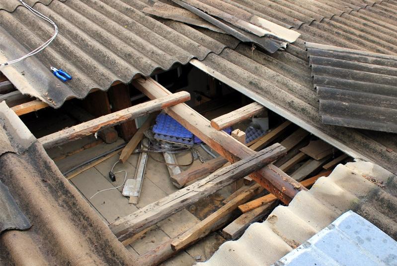 Вологжанин снял крышу с деревенского дома культуры, чтобы отремонтировать свои хозпостройки