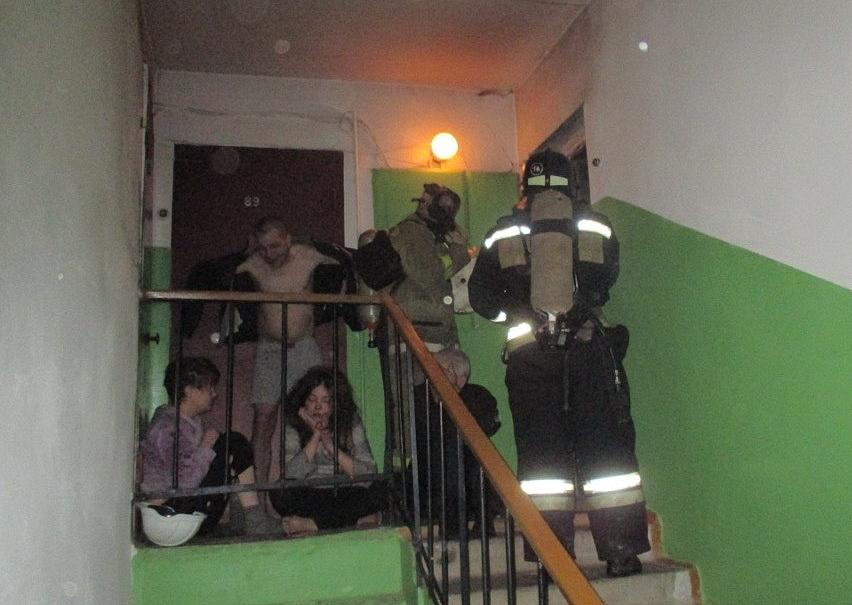 В Вологодской области пьяные жильцы не замечали дыма в своей квартире даже после приезда пожарных