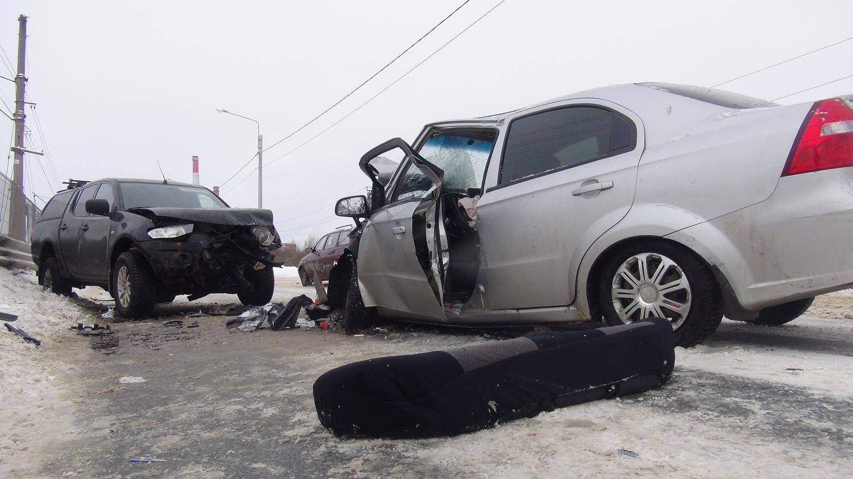 При столкновении Шевроле и Мицубиси в Вологде пострадали три человека