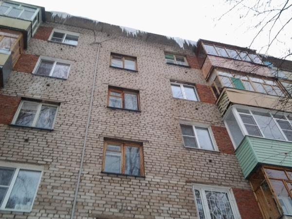 Сосули на крышах и лестница у подъезда вся скользкая