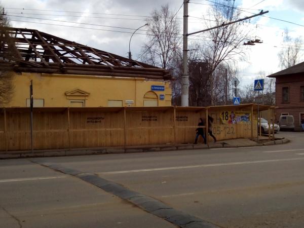 Низкие панели козырька над пешеходным проходом на ул. Чернышевского 58