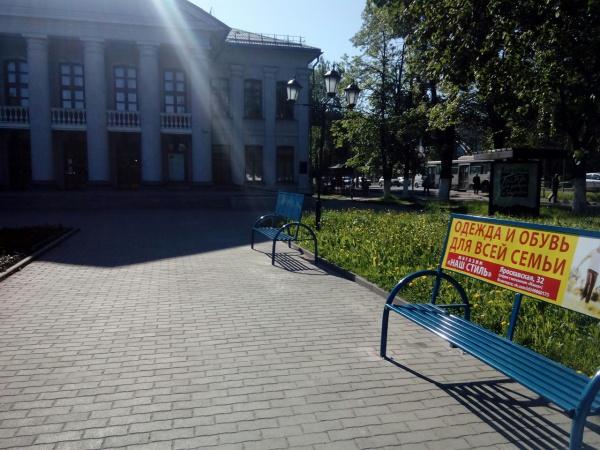 Зачем эти железные скамейки с безобразной рекламой рядом с театром?