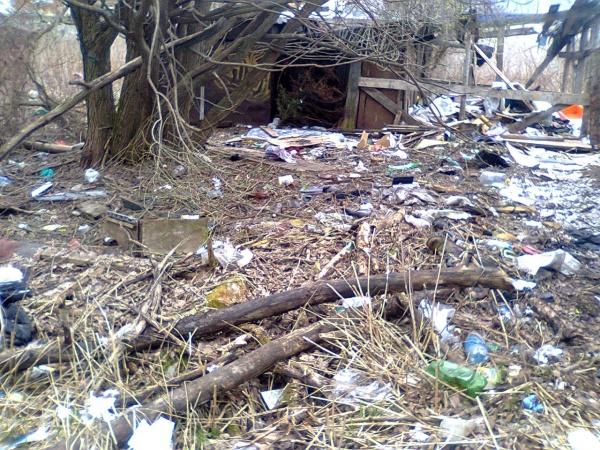 Свалка мусора у начальной школы №25 в Лукьяново