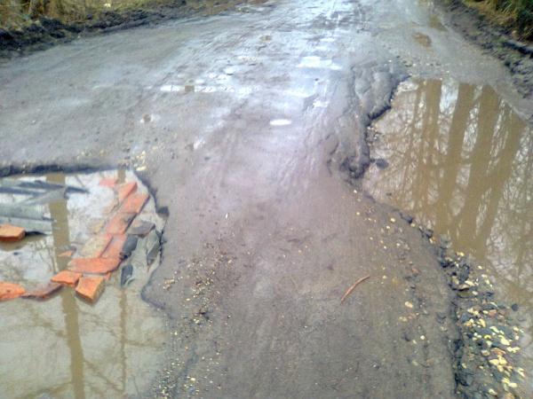 Разбитая дорога к садоводческим товариществам в Лукьяново