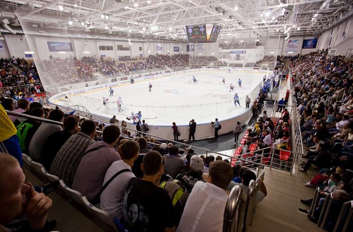 Приставы ловили должников на хоккейном матче в Череповце