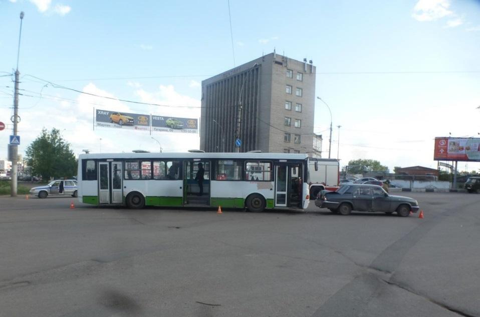 В Вологде автобус № 6 врезался в «Волгу»