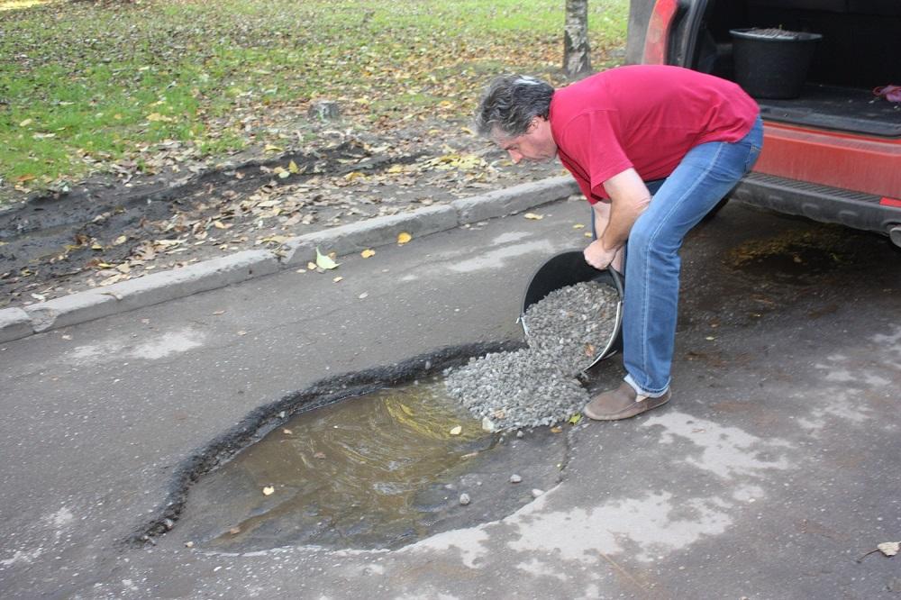 Житель Вологды, который сам ремонтирует ямы на дорогах, стал героем передачи на федеральном ТВ