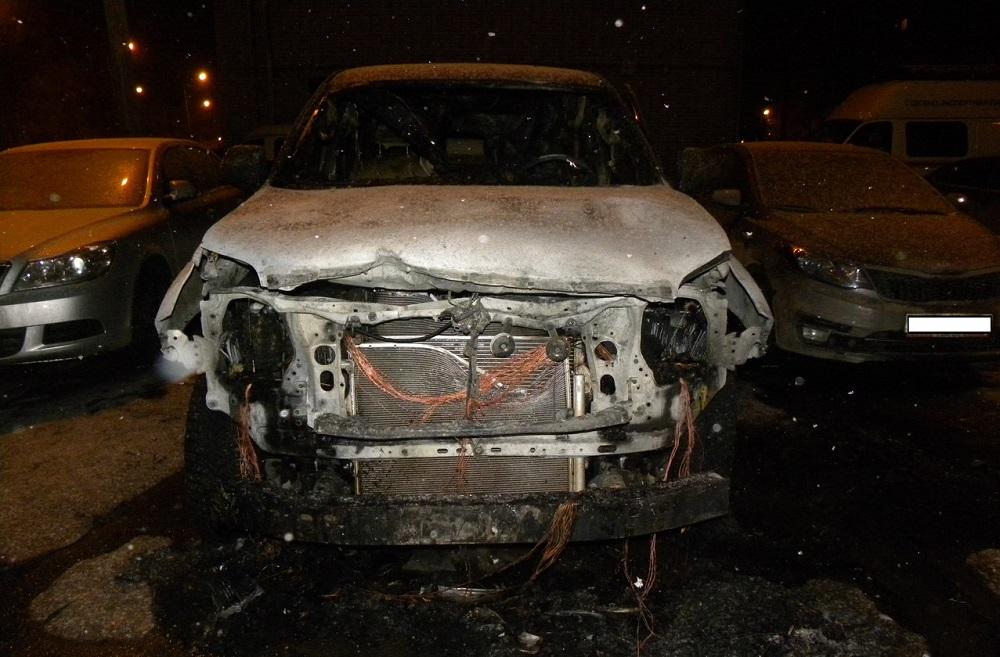 В Вологде ночью подожгли «Тойоту Лэнд Крузер Прадо»