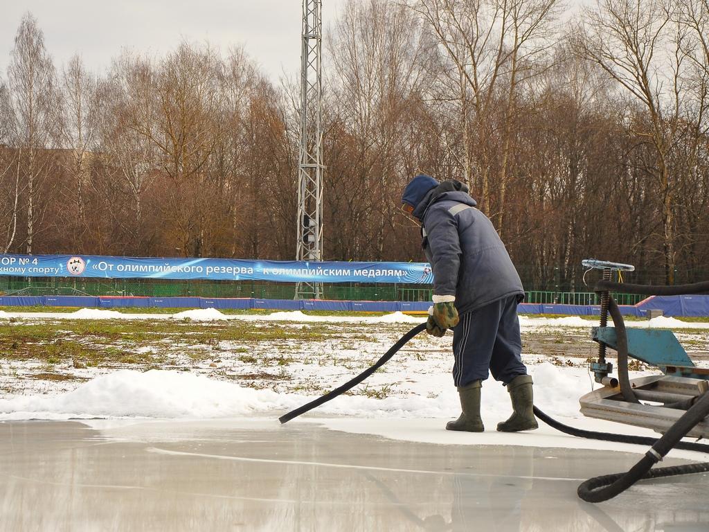 Ледовую дорожку на «Локомотиве» в Вологде открыли для спортсменов