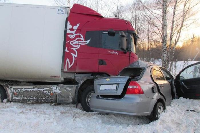"""В Вологодской области столкнулись """"Шевроле"""" и грузовик: два человека погибли"""