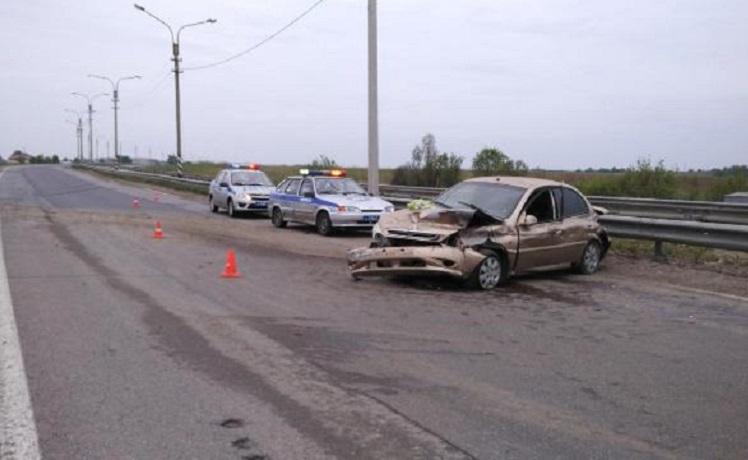 Под Череповцом водитель без прав врезался в ограждение: пострадали трое