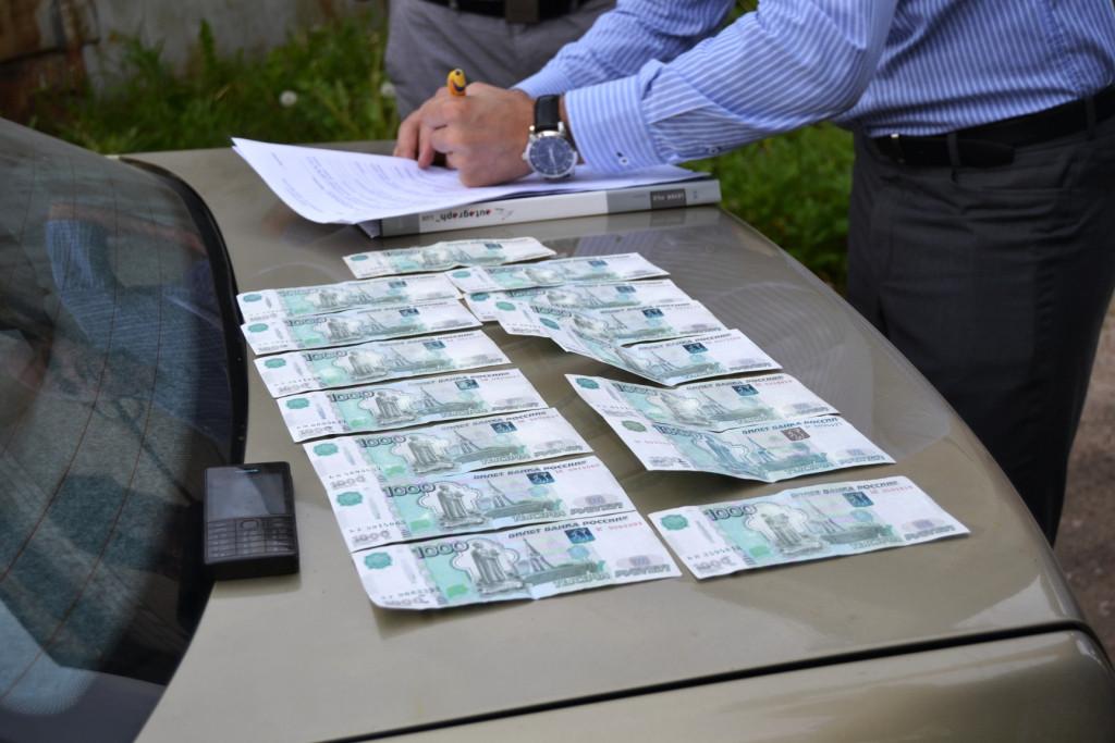 Двух сотрудников федерального бюджетного учреждения в Вологодской области поймали на взятках