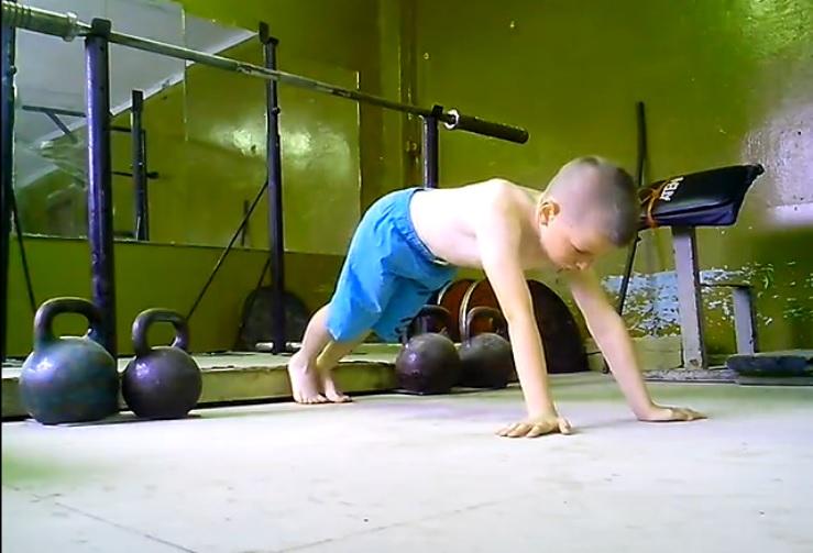 7-летний вологжанин отжался 555 раз и 40 раз выжал штангу в 20 килограммов
