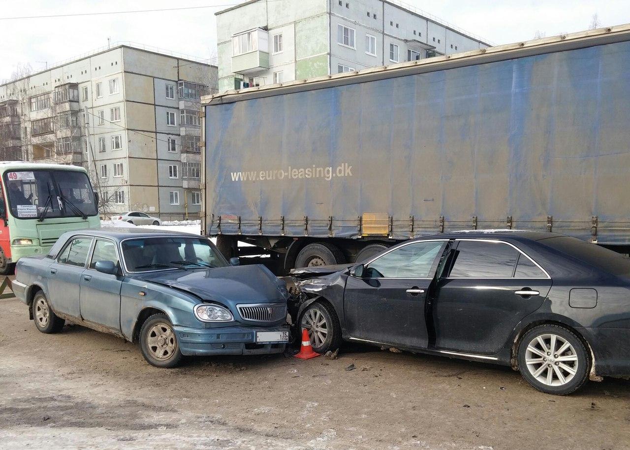 Три автомобиля столкнулись в Вологде на перекрестке Дальней и Северной