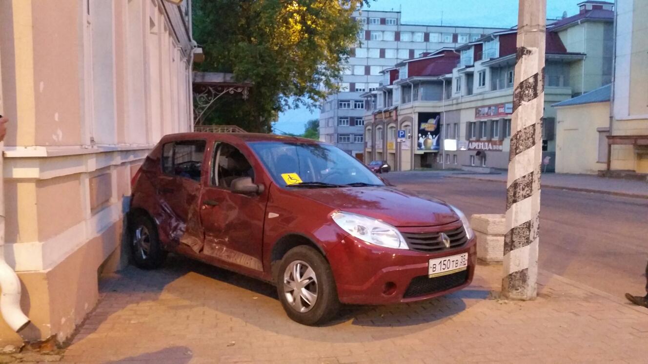 В Череповце столкнулись две иномарки: пострадала 11-летняя девочка