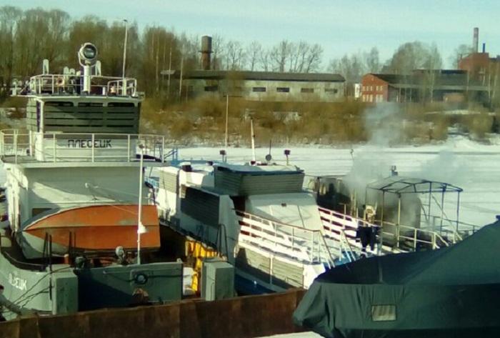 В Вологде на реке загорелся бесхозный катер
