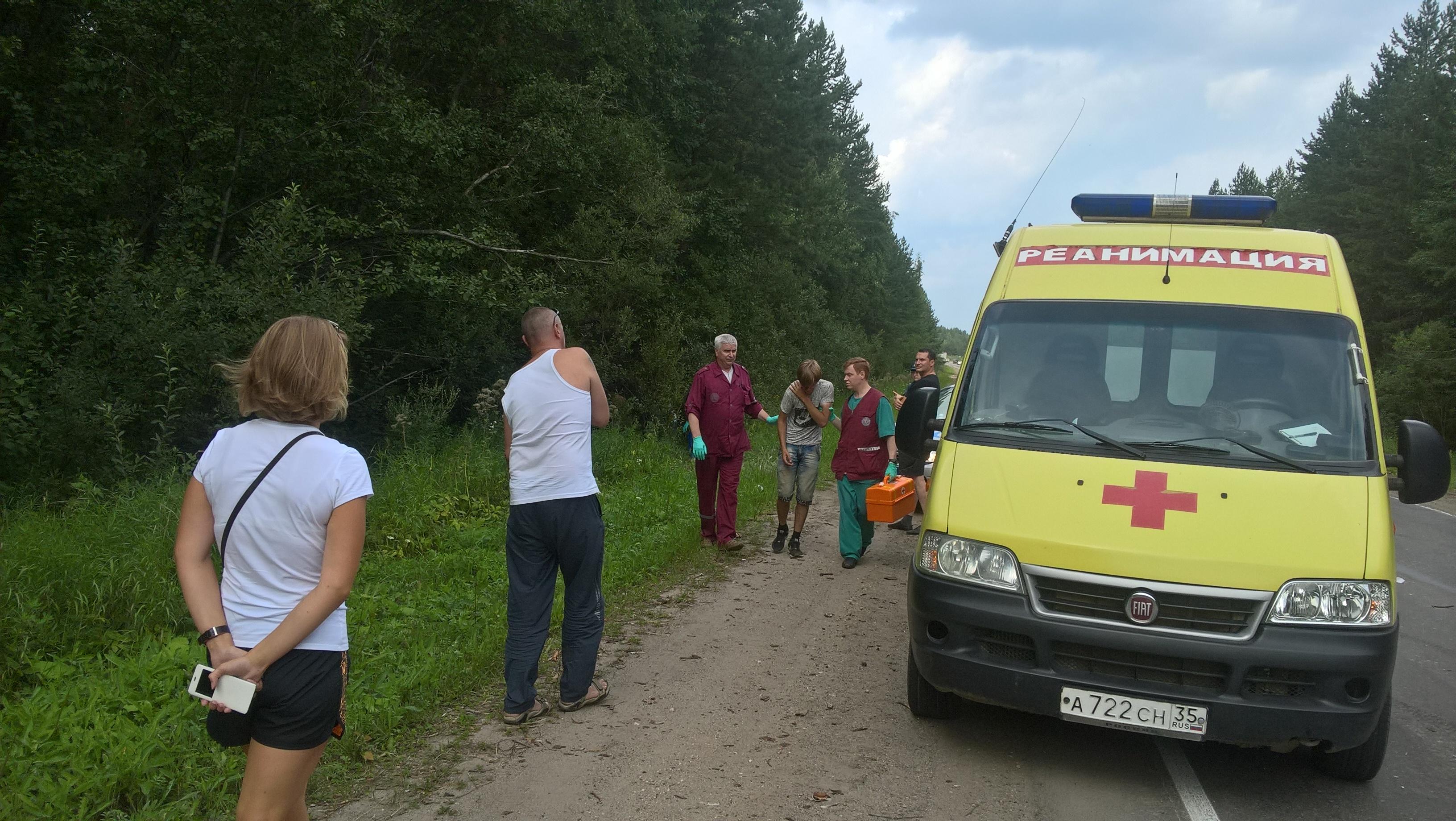 В Великоустюгском районе подросток за рулем «Фольксвагена» врезался в микроавтобус