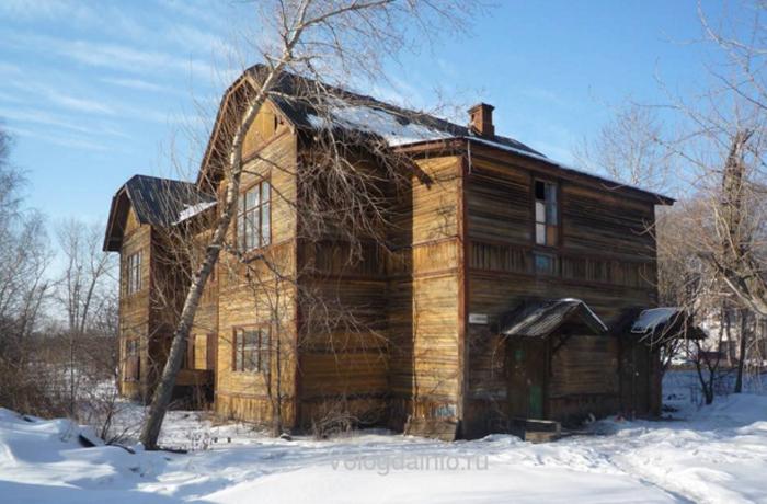 В Вологде загорелся расселяемый дом на улице Можайского