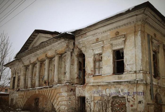 В Вологде загорелся мусор на территории Скулябинской богадельни