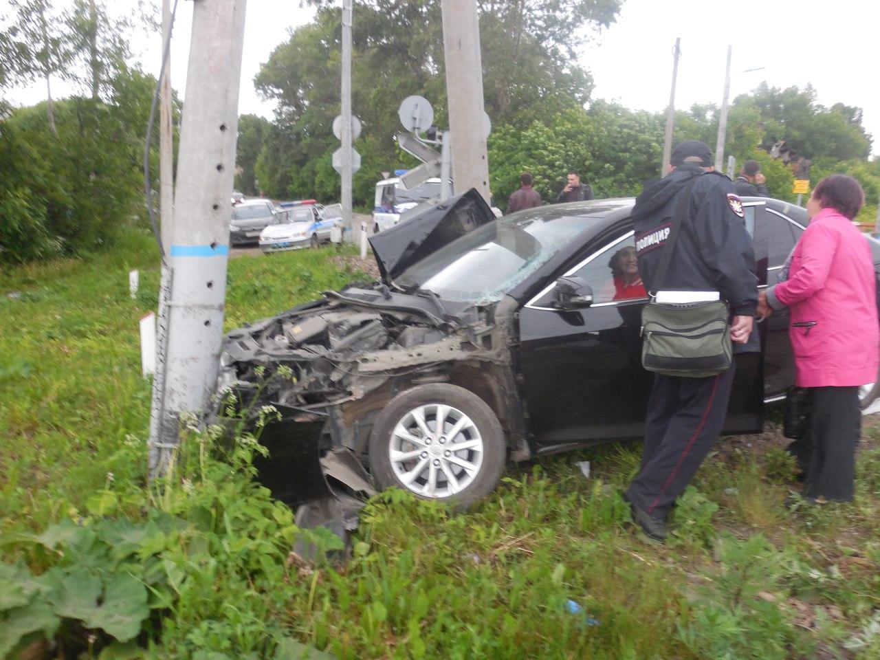 На ж/д переезде в Вологде столкнулись легковушка и электричка