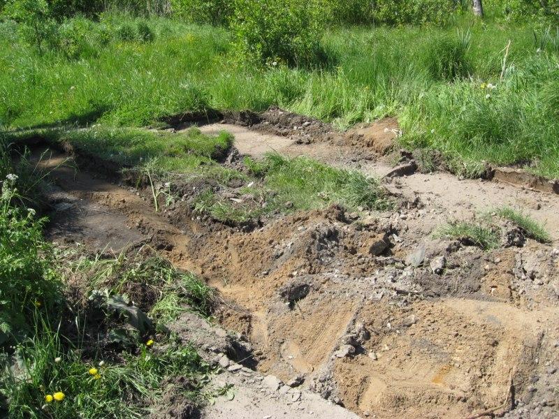 Житель Вохтоги украл дорожные плиты с улицы и вымостил ими дорогу к своему дому
