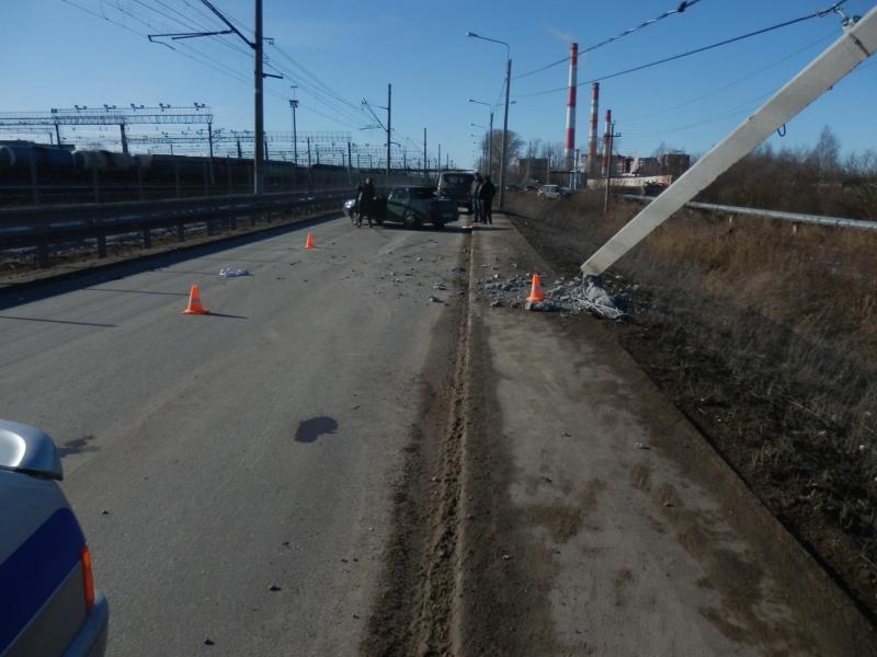 Молодая девушка-водитель снесла столб линии электропередач в Вологде