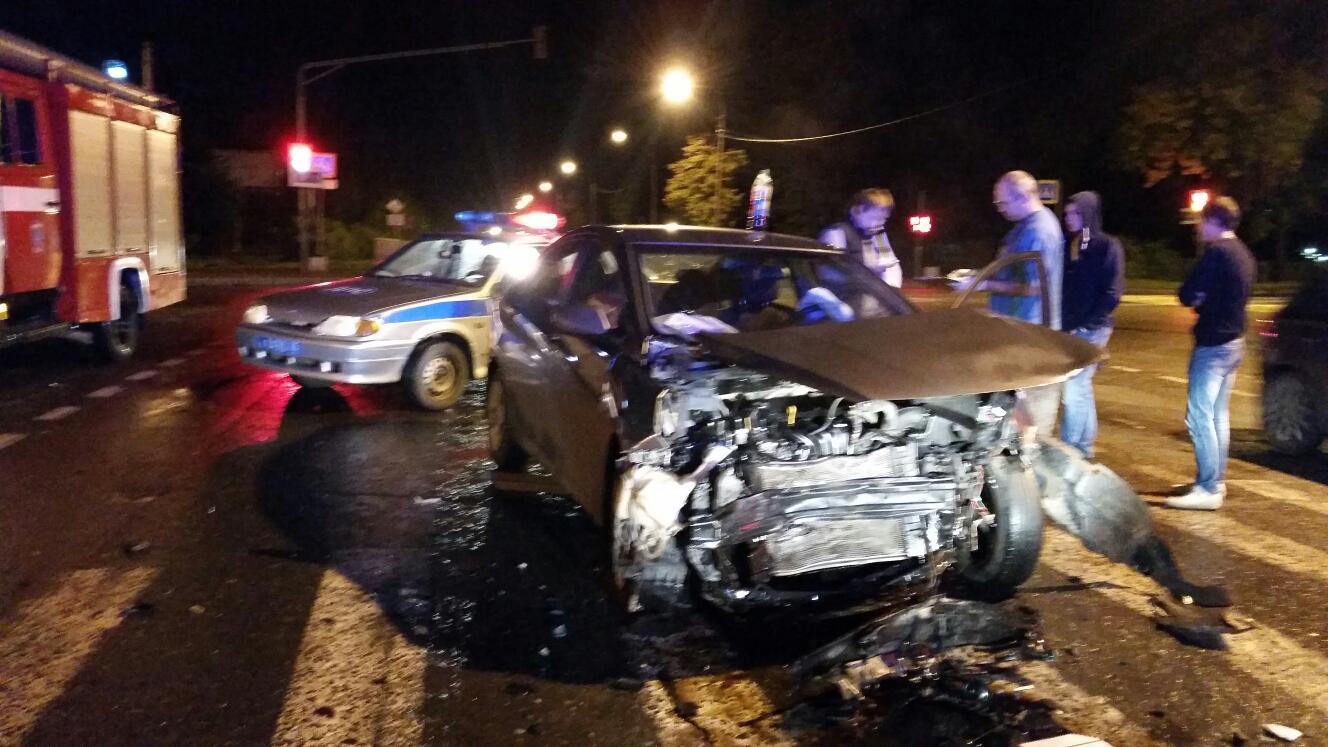 """В Череповце водитель """"Киа"""", нарушивший ПДД, врезался в """"Хендай"""" и дерево"""