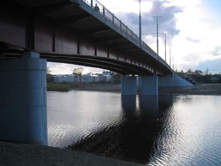 В Вологде неизвестный мужчина ночью спрыгнул с моста 800-летия