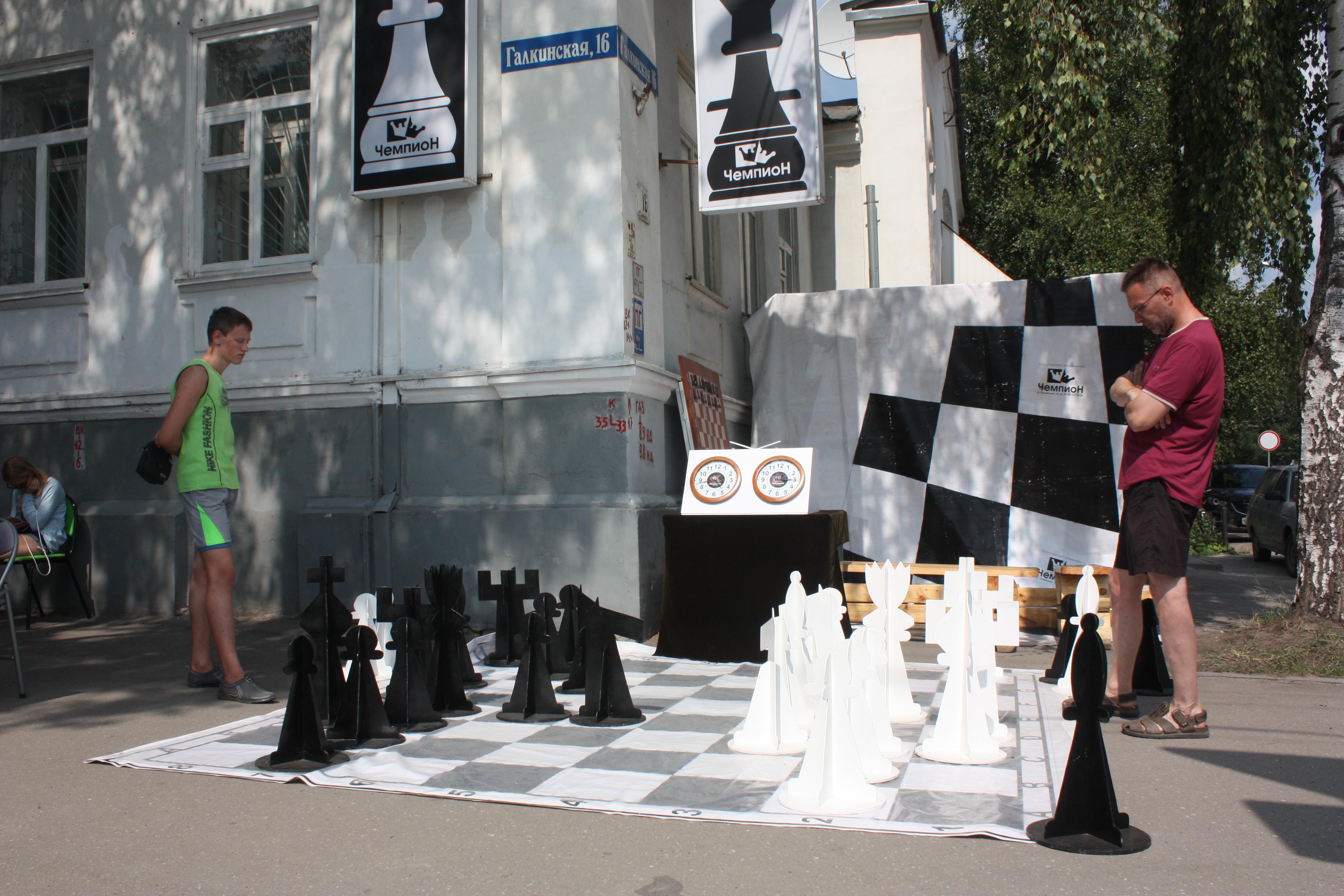 В центре Вологды на улице устроили шахматный турнир