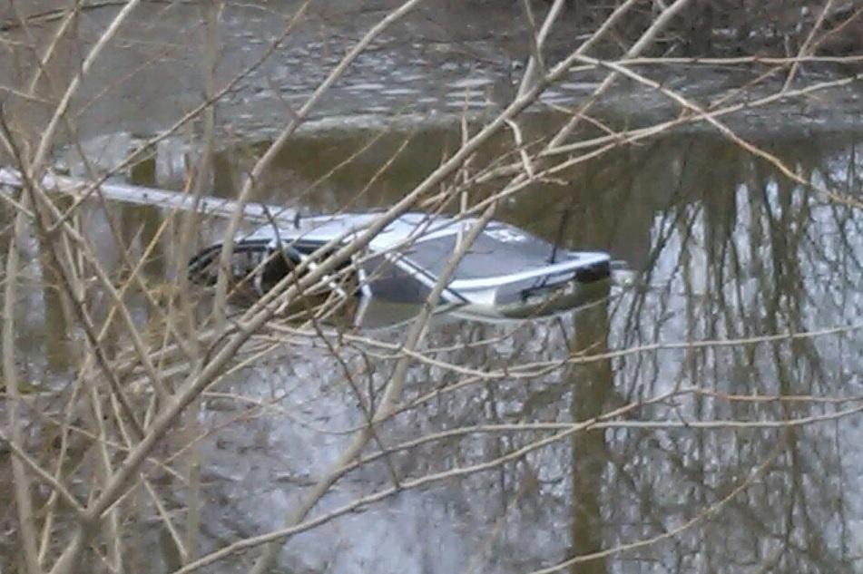 В Шексне ВАЗ опрокинулся в пруд: водитель погиб