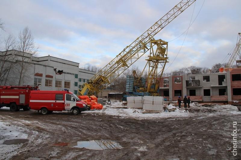 Строительный башенный кран упал на сооружение детской больницы вЧереповце
